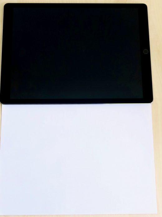 """De 12,9"""" iPad Pro tegenover een A4 papier"""