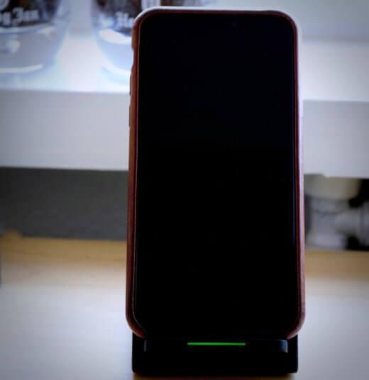 De iPhone is makkelijk van de lader af te halen voor gebruik