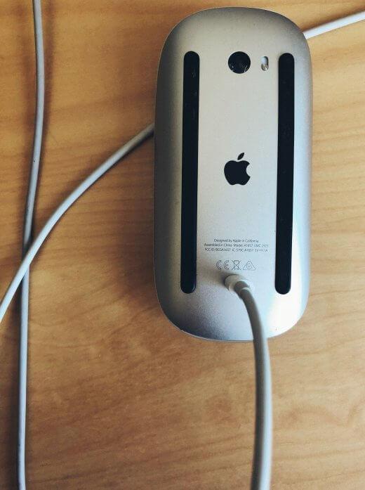 De Magic Mouse wordt opgeladen door de kabel in de onderkant te steken