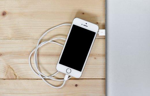 Sluit de iPhone aan met een Lightning-kabel