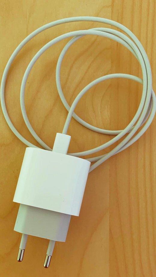 De 18W USB-C lader van Apple is relatief goedkoop, en kan een iPhone supersnel opladen