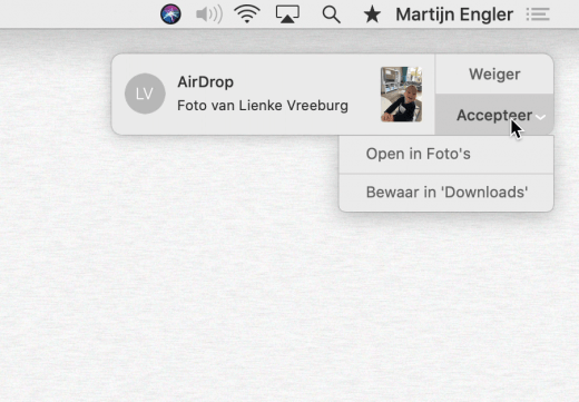 Twee keuzes in de AirDrop push notificatie: Open in Foto's, of Bewaar in Downloads