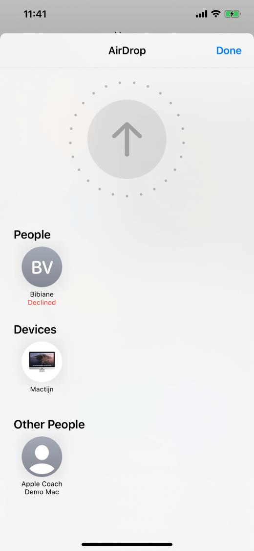 AirDrop vanaf een iPhone 11 Pro Max naar andere apparaten. De pijl verschijnt, maar we kunnen de locatie van andere apparaten niet vinden.