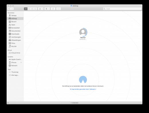 We zien hier hoe AirDrop gebruikt wordt om een bestand te delen vanaf de Mac, en ongeveer halverwege is